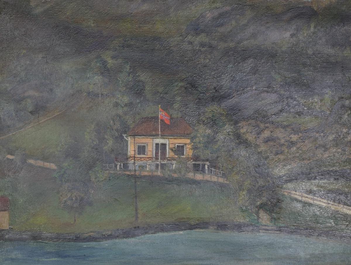 Maleriet viser et gulmalt lite hus ved vannet. Huset ligger ved foten av et fjell eller berg.
