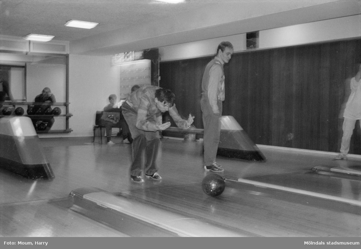 """Tävling i bowling för handikappade på Kållereds bowlinghall, år 1984. """"Lennart Andersson (närmast) har fått """"snurr"""" på klotet.""""  För mer information om bilden se under tilläggsinformation."""