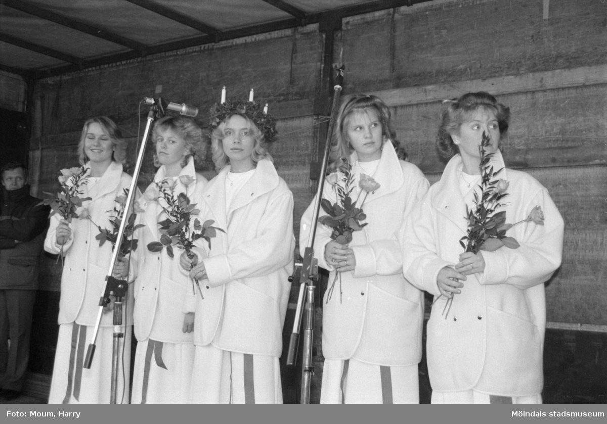 Kröning av Kållereds Lucia i Kållereds centrum, år 1984.  För mer information om bilden se under tilläggsinformation.