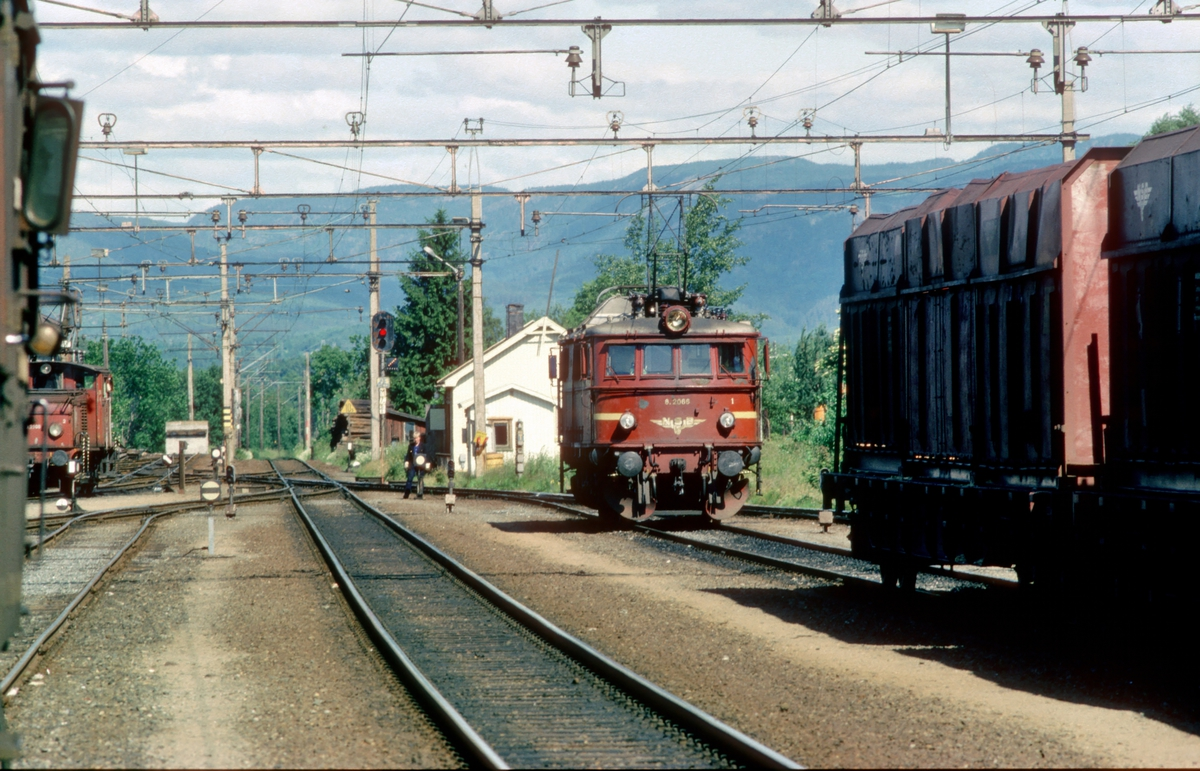 Skien N. Lokomotiv El 8 2066 skifter.