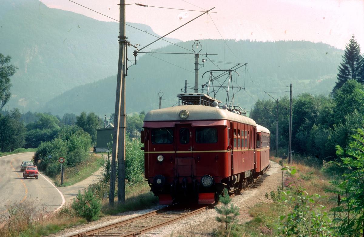 Hardangerbana. Tog Granvin - Voss med NSB elektrisk motorvogn type 64.