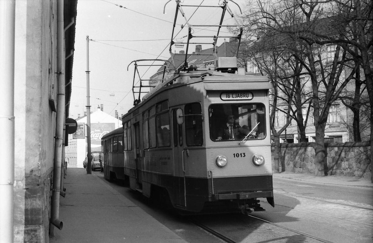 Ekebergbanen, Oslo Sporveier. Vogn 1013 ved holdeplassen i Oslo gate.