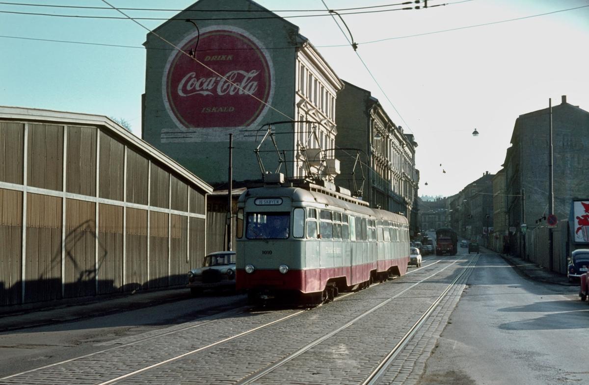 Ekebergbanen, Oslo Sporveier. Vogn 1010 og 1043 i Schweigaardsgate.