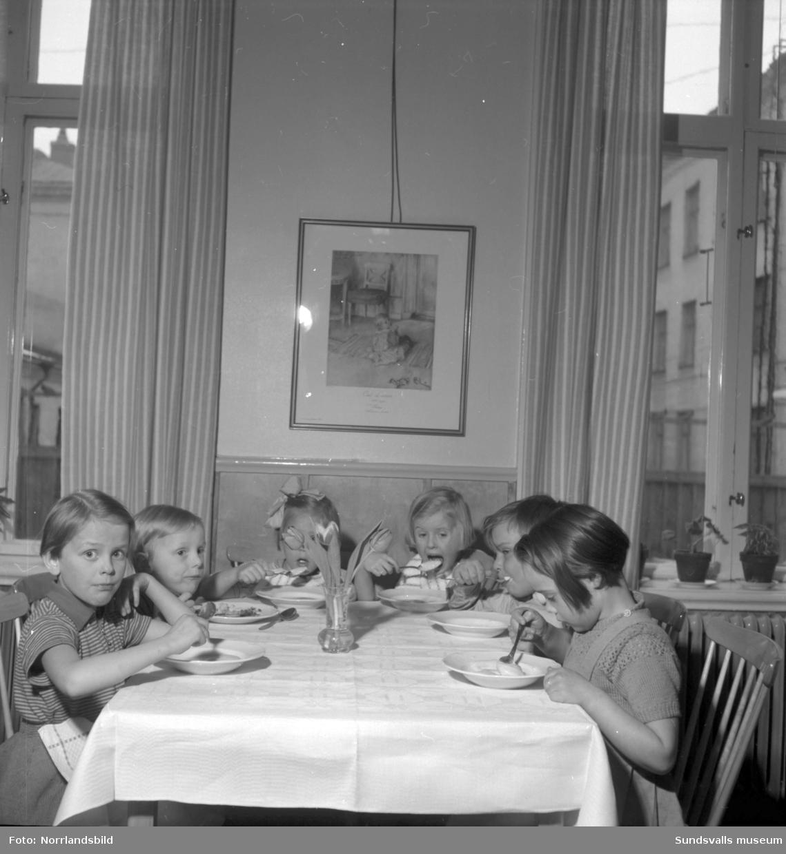 Interiörbilder från verksamheten vid Lillgården - Sundsvalls första daghem.