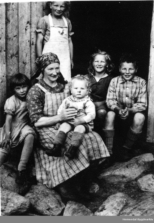 Anne Jordheim med born på Jordheimstølen