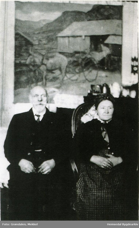 Ola Fausko (1842-1920)  og Margit Fausko (1845-1919).  Måleri av Severin Grande på veggen bak).  Biletet er teke før 1919. Kan vera i 1914 då Mekkel Grøndalen var heim att frå USA.