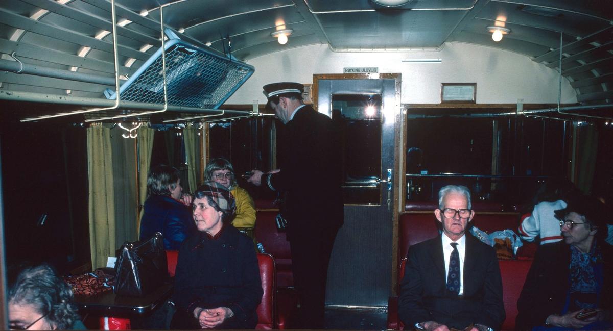 Interiør i NSB motorvogn BM 87.01. Lokomotivføreren selger og klipper billetter.