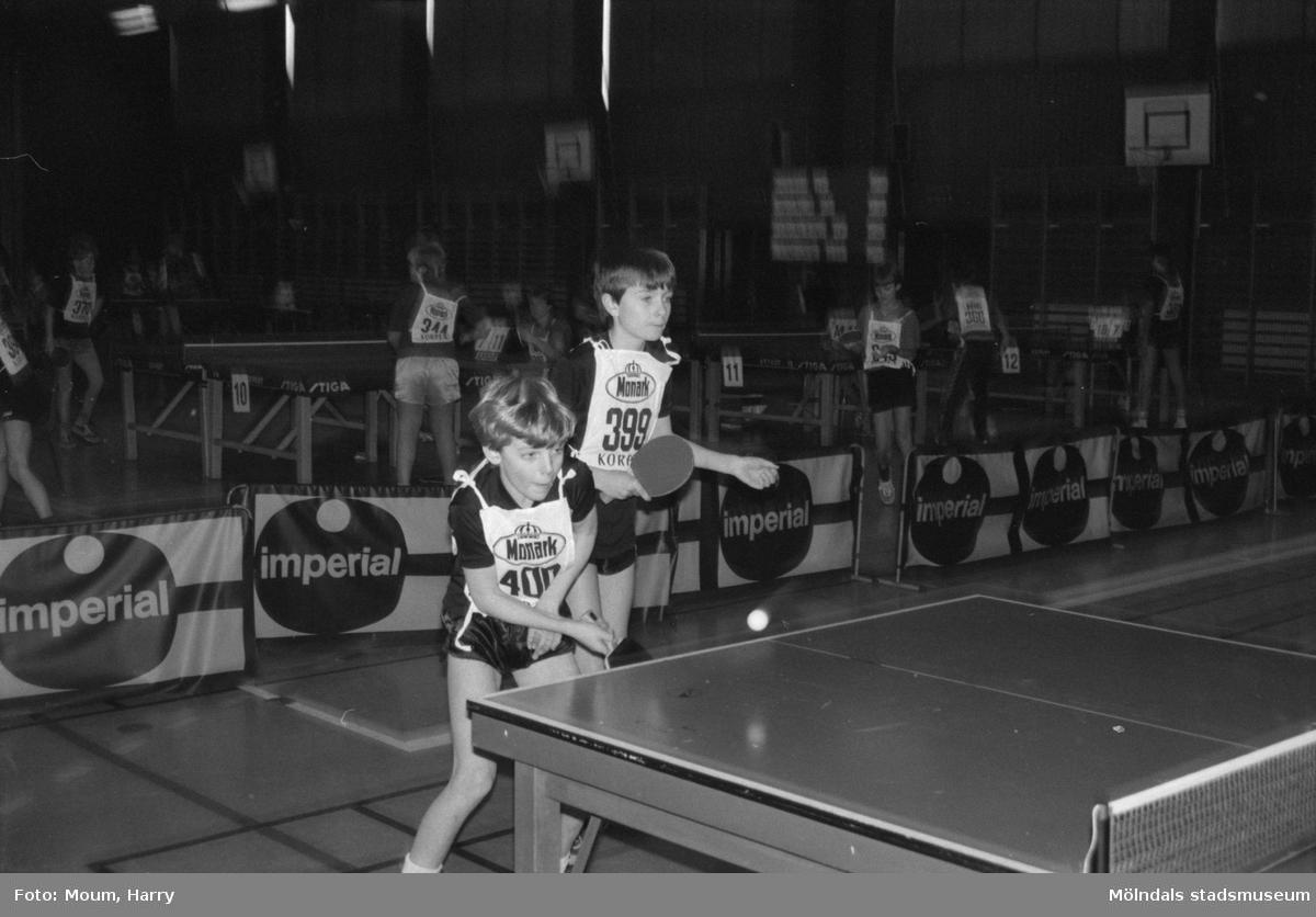 """Lindome GIF anordnar bordtennisturneringen """"Nyårsloopen"""" i Almåshallen i Lindome, år 1985. """"Fredrik Lindson och Mats Karlsson, Lindome GIF spelar dubbel ihop.""""  För mer information om bilden se under tilläggsinformation."""