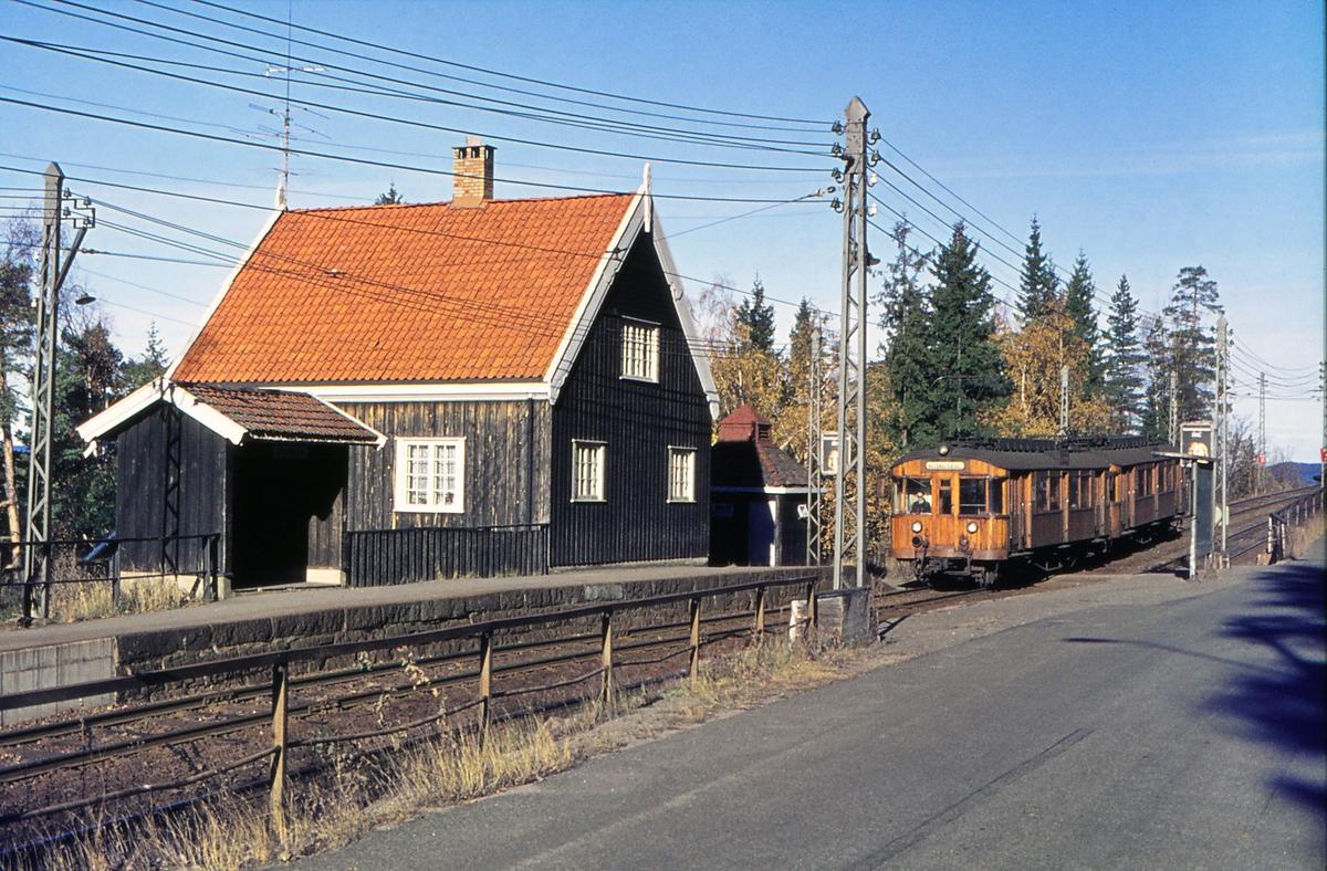 A/S Holmenkolbanen. Tryvannsbanen. Skogen stasjon. Vogn 612 og 611, type 1951.