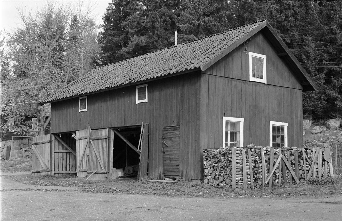 Lider och Magasin, Brunnsgården, Holmbro 2:3, Skogs-Tibble socken, Uppland 1985