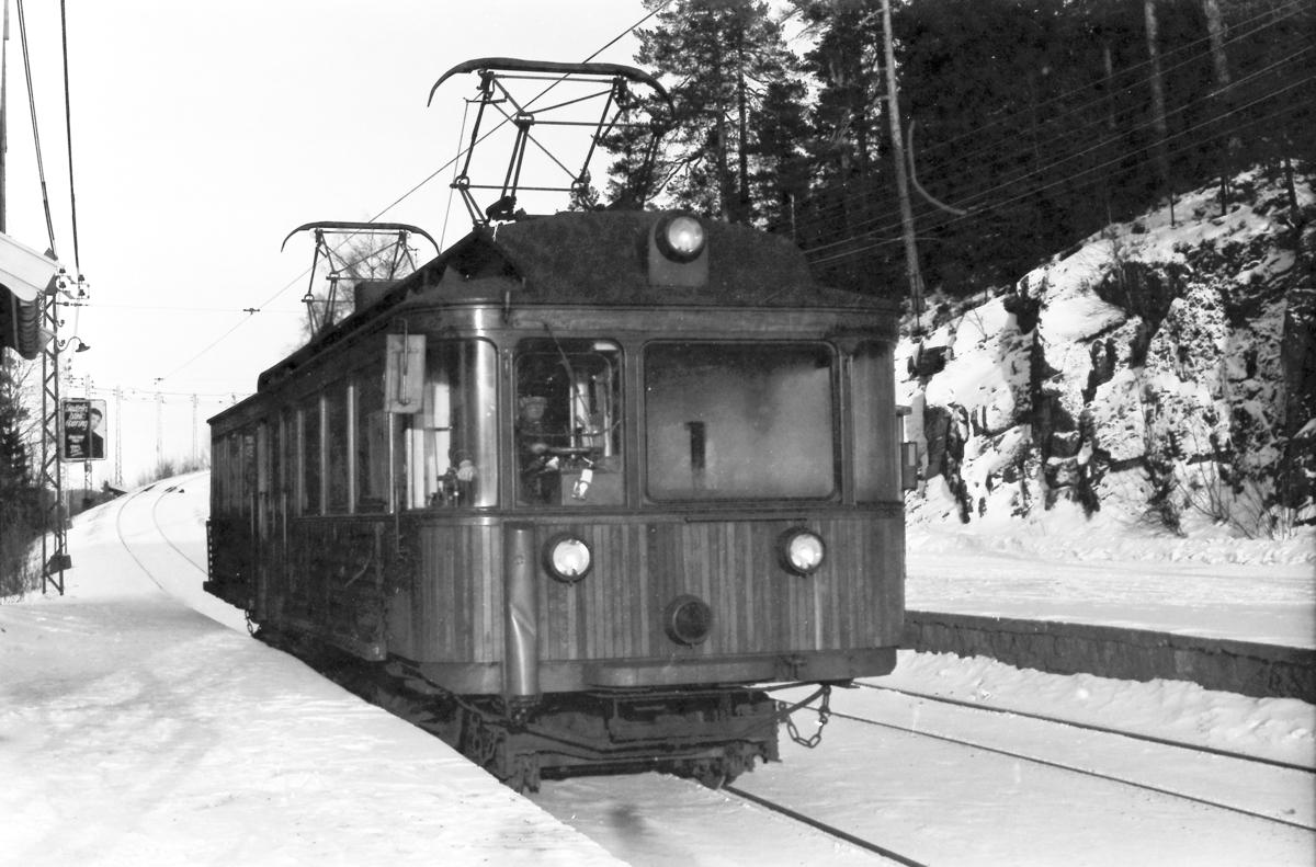 A/S Holmenkolbanen. Tryvannsbanen. Skogen stasjon. Vogn 202, type 1934 (Skabo, NEBB).
