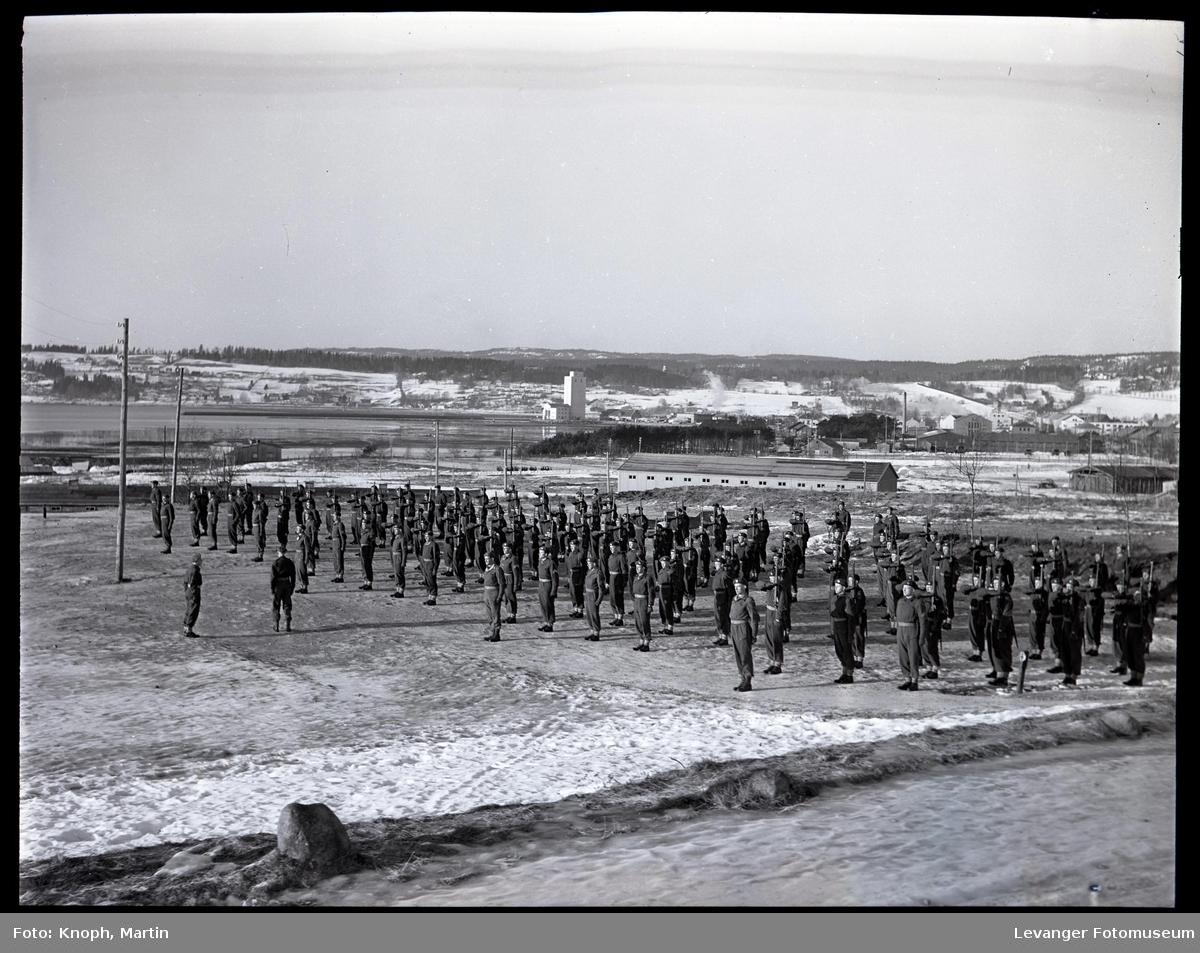 Soldater oppstilt på Steinkjersannan  III