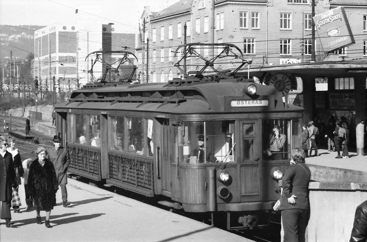 A/S Holmenkolbanen. Vogn 104, type 1916 (Skabo, Westinghouse, HKB verksted). Opprinnelig tilhenger, ombygget til motorvogn med midtinngang 1918. Ombygget til gjennomstrømningsvogn 1956.