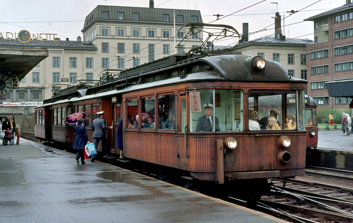 A/S Holmenkolbanen. Oslo Sporveier. Majorstuen stasjon med Majorstuhuset. Vogn 111 og 112, type 1935 (Skabo, Siemens Schuckert) i tog mot Sognsvatn.
