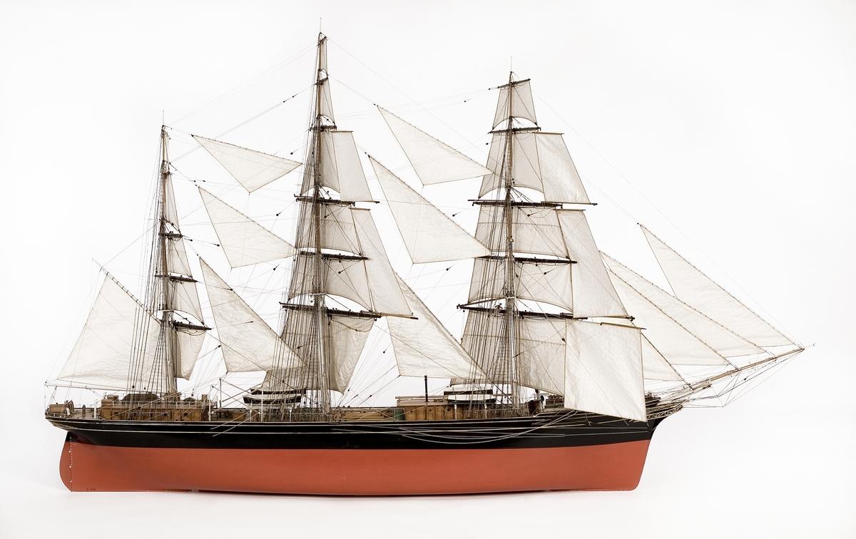Fartyg: PRINCE OSCAR                    Rederi: S. Graves Byggår: 1864 Varv: Phil & Spencer, West Hartlepool (UK) Övrigt: Klipperskeppet Prince Oscar uppkallades efter den svenske prinsen sedermera kung Oscar II av skeppsredaren efter ett besök i Stockholm. Fartyget byggdes vid Phil & Spencers skeppsvarv i West Hartlepool, England och levererades 1864 till redaren S. Graves. Inte mycket är känt om detta fartyg som förde en tämligen anonym tillvaro bland den mängd av stora, snabbseglande klipperskepp, en del kom upp i 20 knops fart vilket kunde jämföras med de vid denna tid klumpigare och långsamma lastångfartygen där merparten kanske presterade maximalt 10 knops fart (ungefär 18 km/t). Så mycket är ändå känt att Prince Oscar bytte ägare 1880 och att det gick till botten efter en fartygskollission 1895.  Shipping & shopping