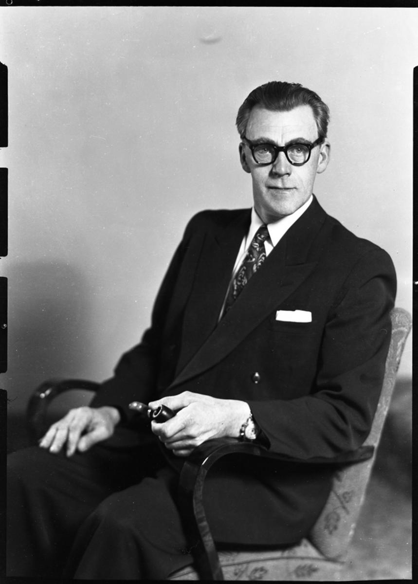 P.C. Reinsnes på sin 50-årsdag i 1954. Reinsnes var ordfører i Sortland fra 1935 til 1975, avbrutt av nazistenes styre i 1941-45 og én periode da Arbeiderpartiet var i opposisjon og ikke hadde ordføreren, 1959-1963. Han var også stortingsrepresentant fra 1957 til 1965.