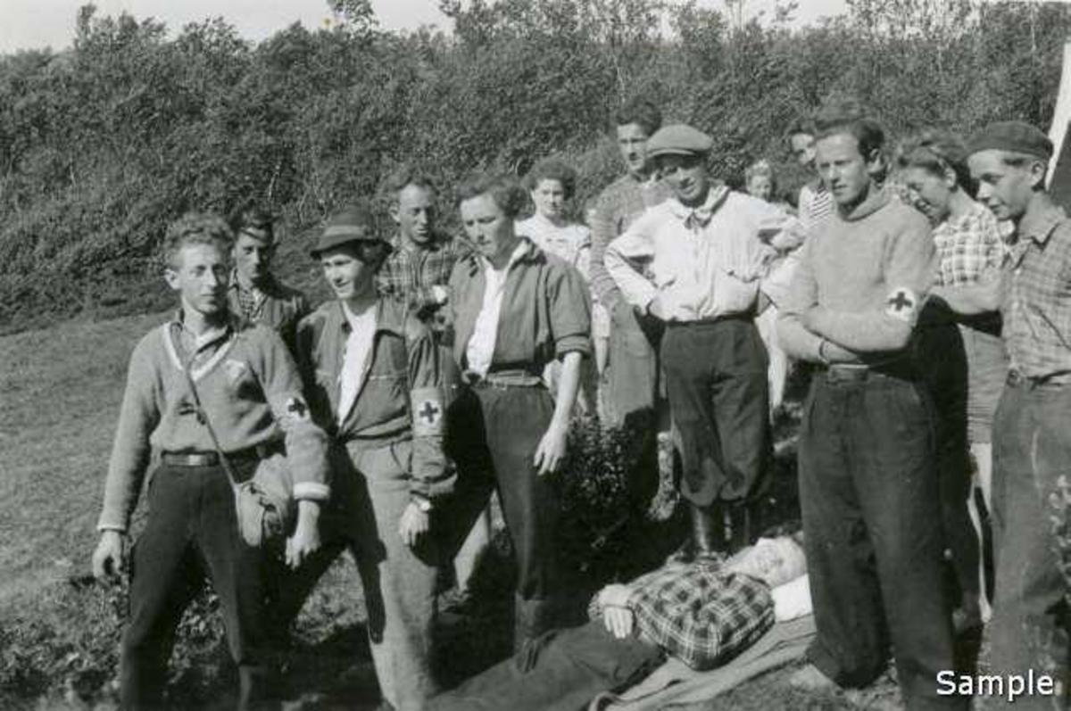 Sanitetsgruppa (sammensatt av NGU-ere fra flere lag). Leir i Harstad 1943 (-44?).  Fra venstre nr.3 er Karl Johan Johnson, nr.4 Bjørn Granli, nr.8 Arne Waleniussen (hvit anorakk). Helt til høyre Tor Schau Pettersen.