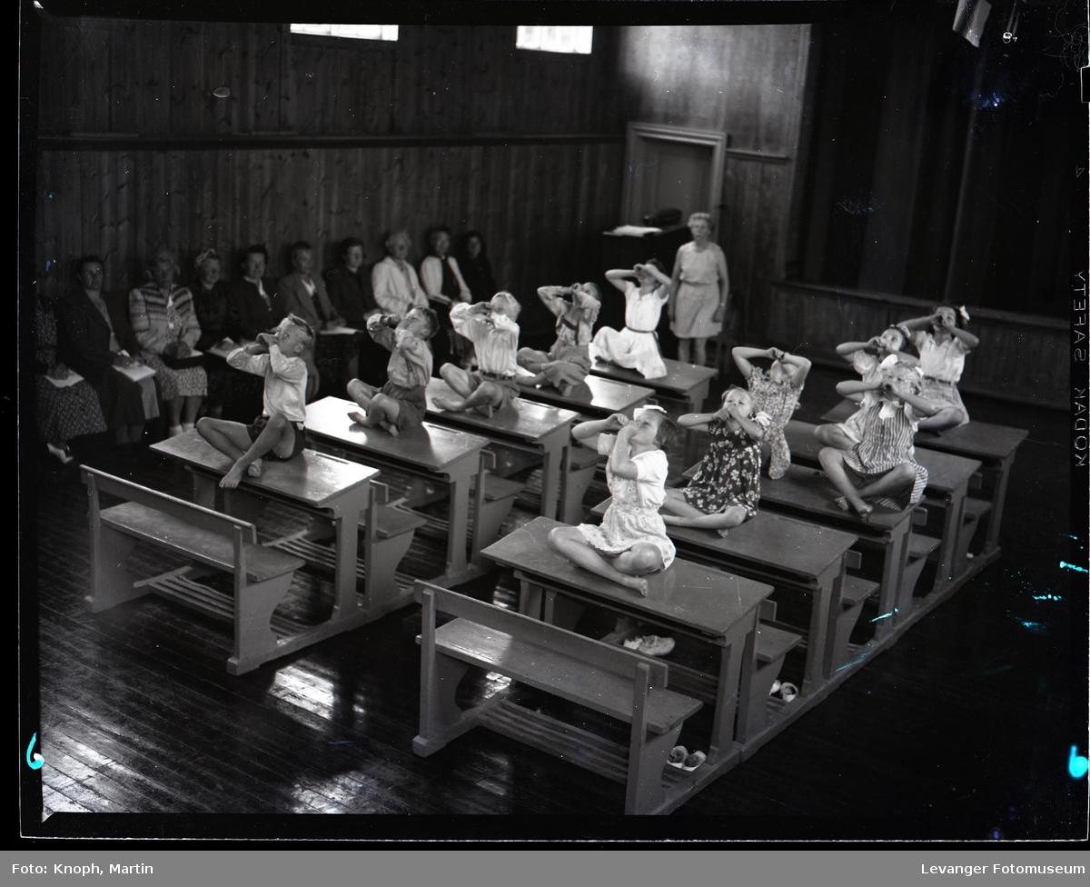 På rekke og rad i klasserommet  I