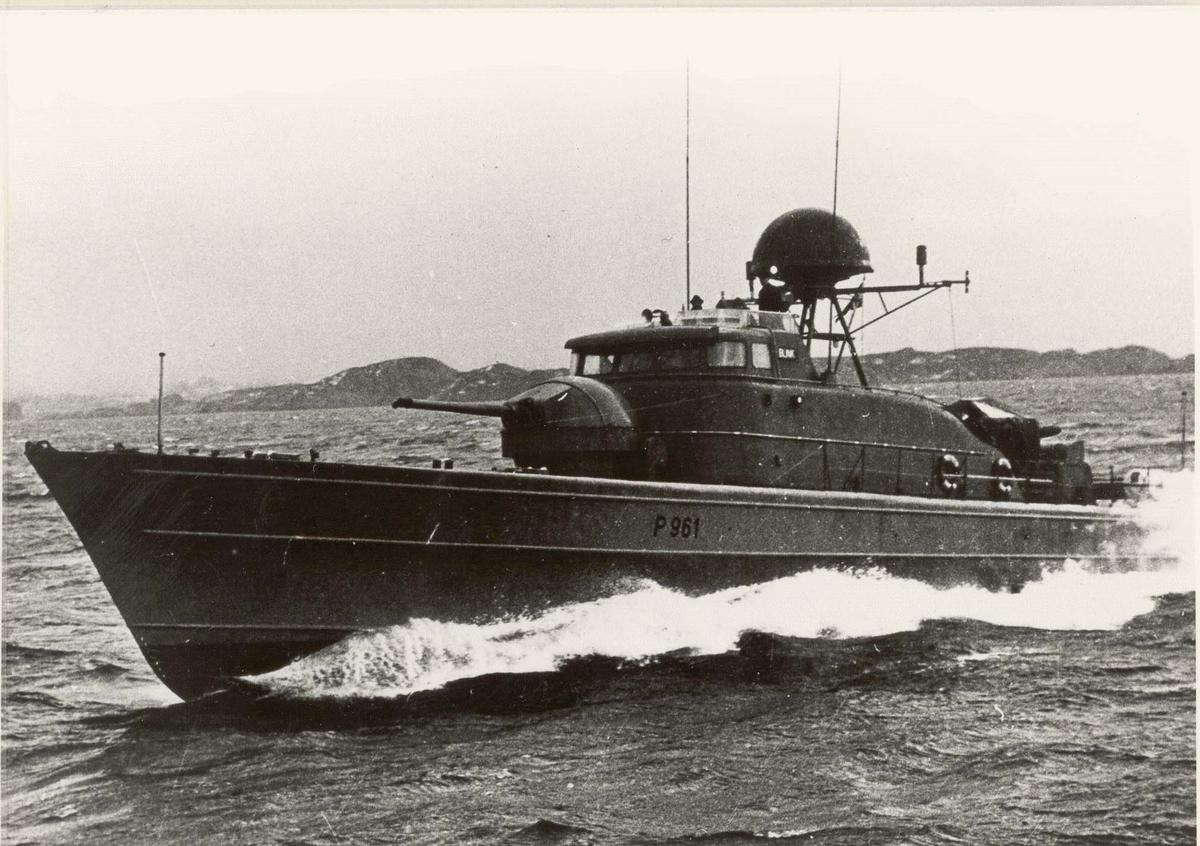 Motiv: Storm-klasse kanonbåt KNM BLINK (P 961). Prøvetur. Babord baug