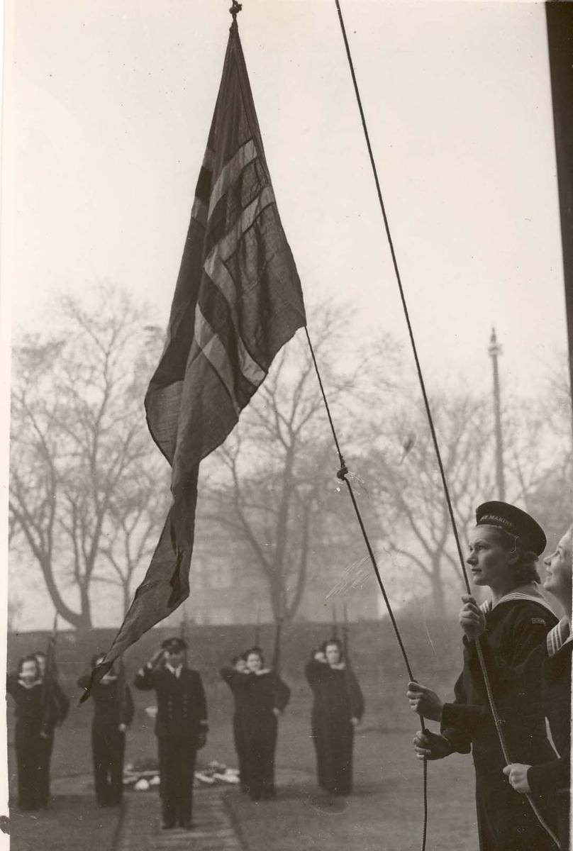 Motiv: Marinens Kvinnekorps 1942-1945.Kurs nr 2 Liverpool ,Flaggheis