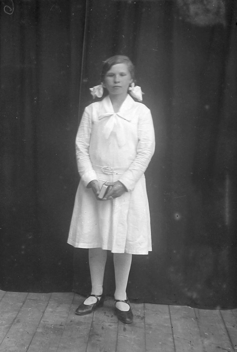 Portrett. Jente i tenårene. Står. Konfirmant. Gildeskål. 1930.