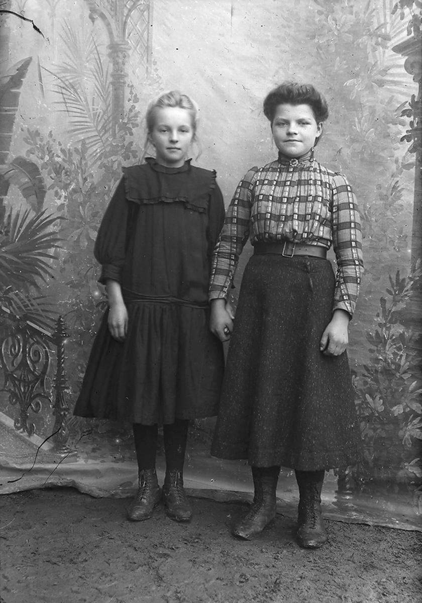 Portrett. Fra v.: Kaia Elise Hansen Bratsberg, f. 1899 og Olga Josefine Seljeset, f. 1895. Begge er med GBS.F. 008274-00043.