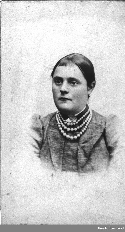 Portrett. Kvinne. Oppsatt hår. Midtskill. Pannelugg. Perlekjede. Nål formet som et blad. Marie Jørgine Nilsen (Jensen), f. 1870, g.m. Johan Johnsen, Tingvoll, Gildeskål.