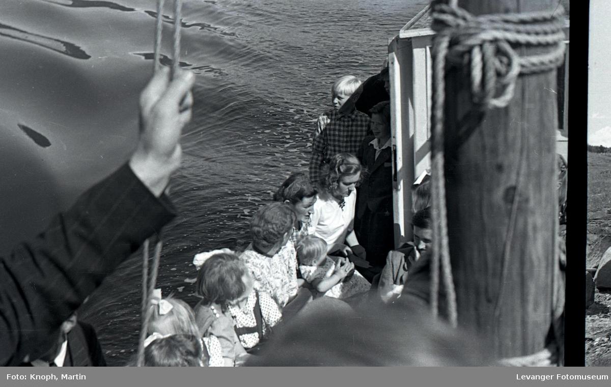 På veg til kirka i båt.