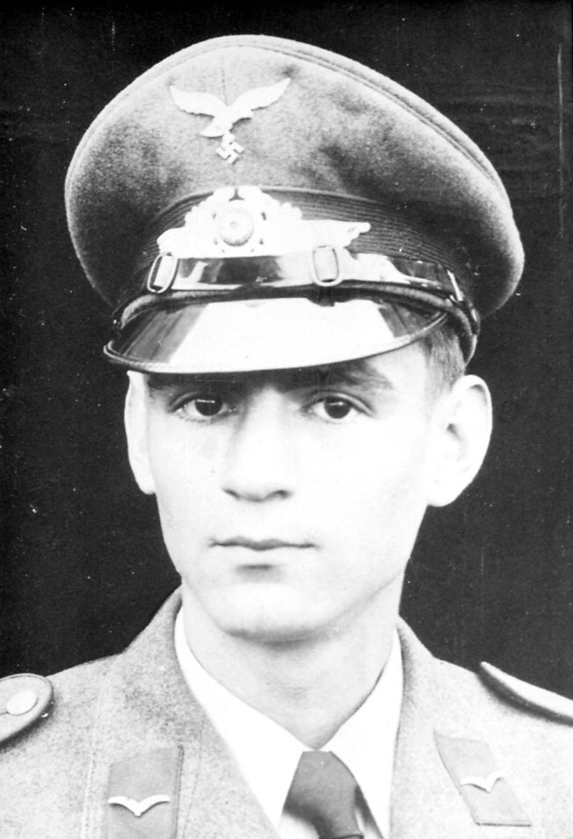 Portrett. 1 person, mann i militæruniform.