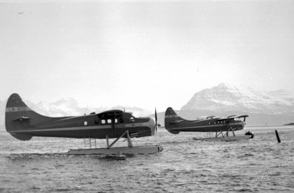 2 fly på havet. Flyet i forgrunnen er DHC-3 Otter LN-BDD. Flyet bak er DHC-3 Otter LN-BIB, begge fra Widerøe.