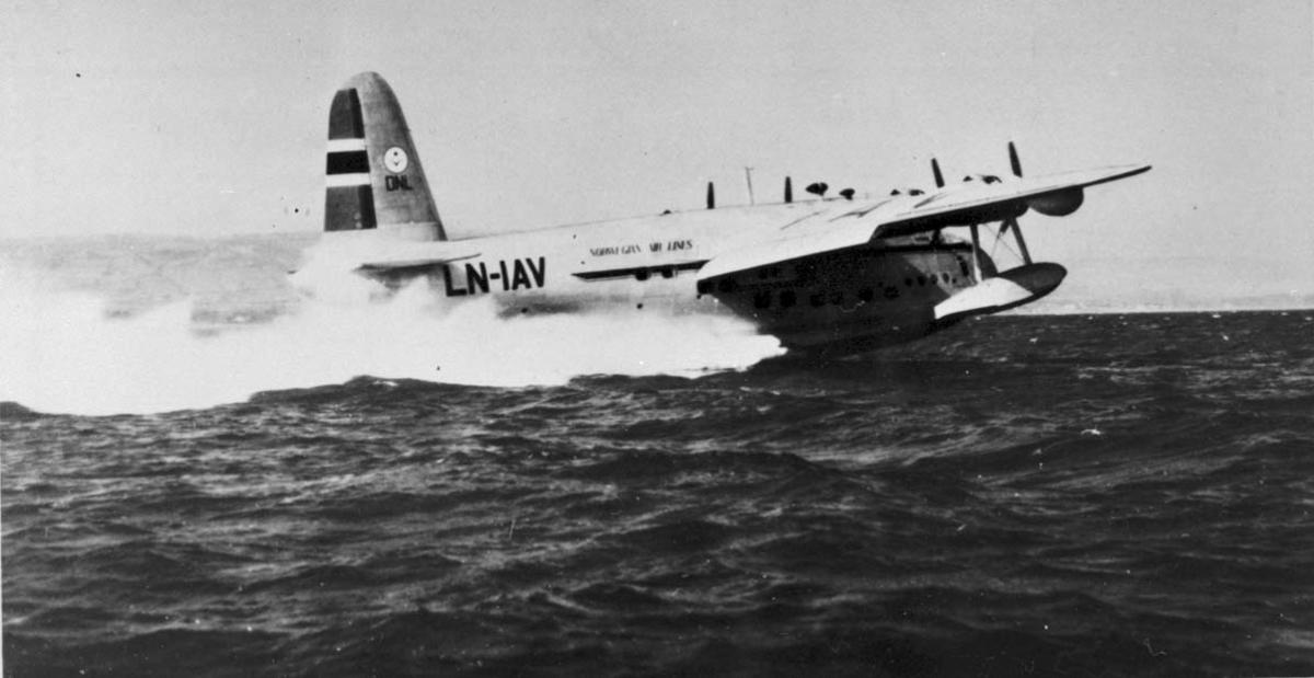 """1 Fly i fart på havet. Shorts S.25 Sunderland 6. ldb 171 LN.IAV """"Kvitbjørn fra DNL A/S, Oslo."""