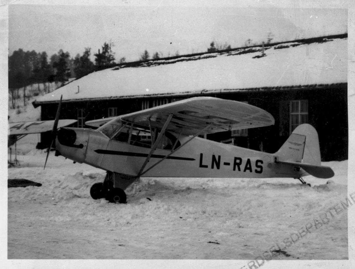 Lufthavn. Ett fly på bakken, Piper J-3C 65 CUB LN-RAS