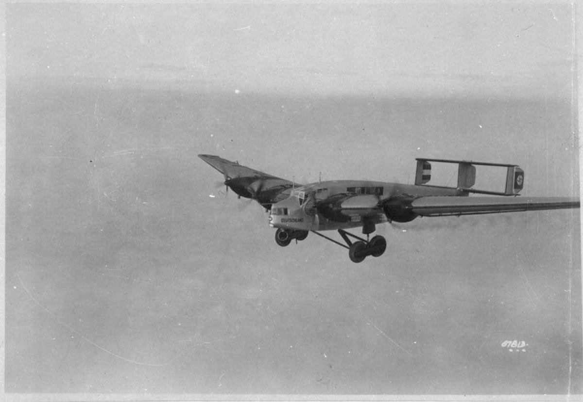 Ett fly i lufta, Junkers G 38b. Hakekors på haleror.