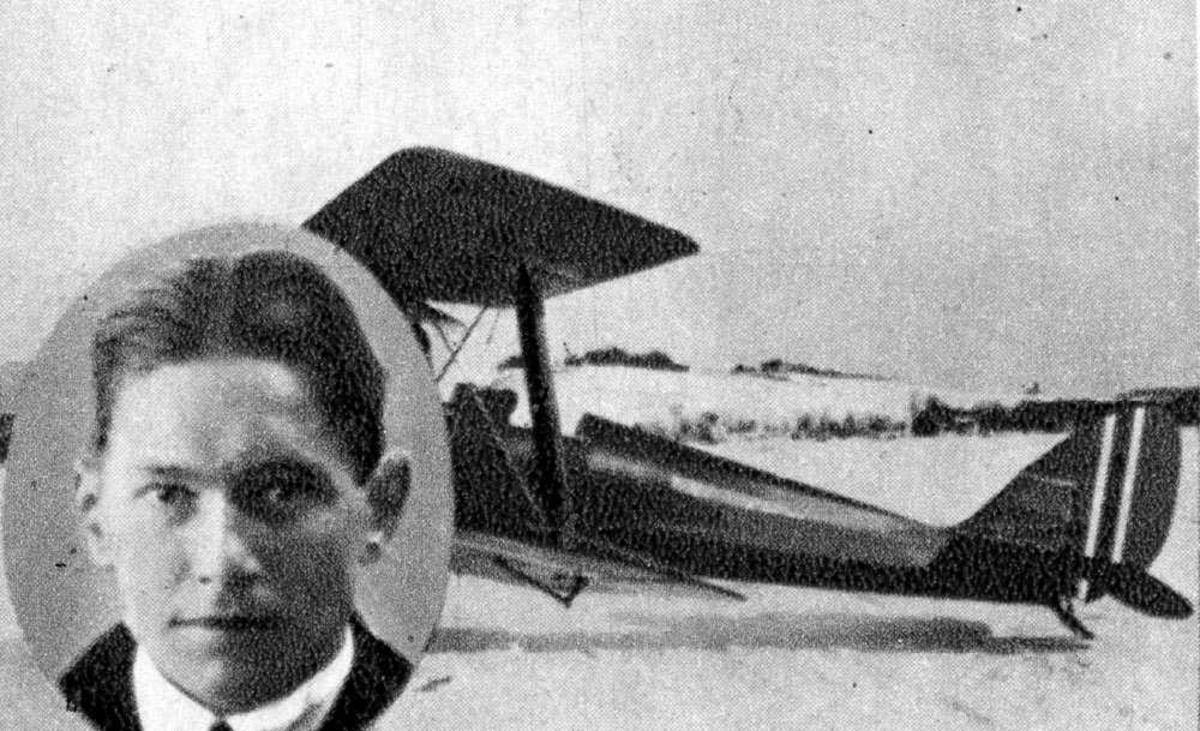 Portrett. En person, mann (innfelt). Ett fly på bakken.