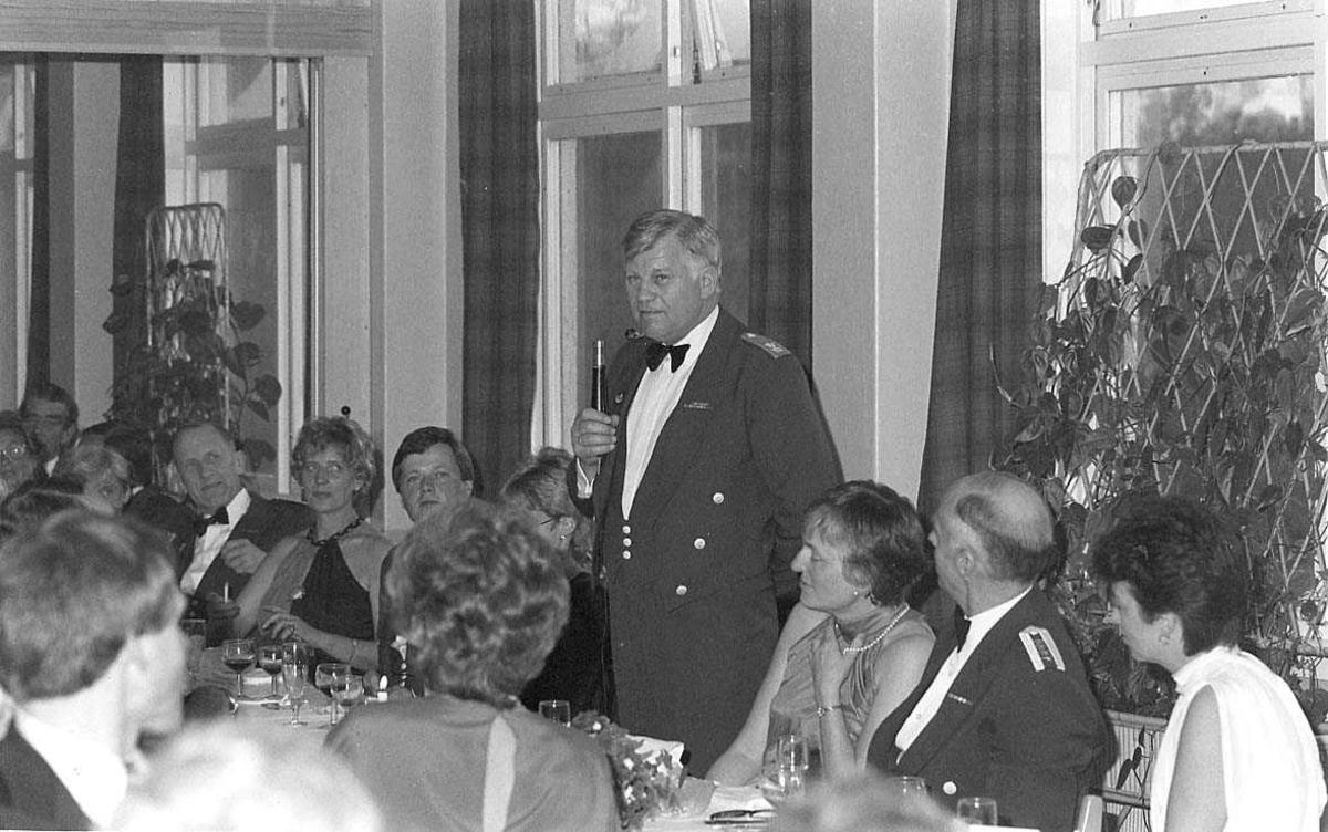 En person holder tale ifm at 334 skvadron feirer 40 års Jubileum.
