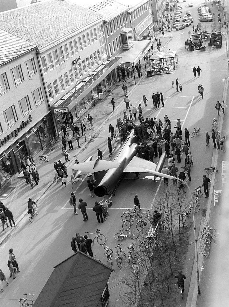 Et fly er parkert i en gate i en by.