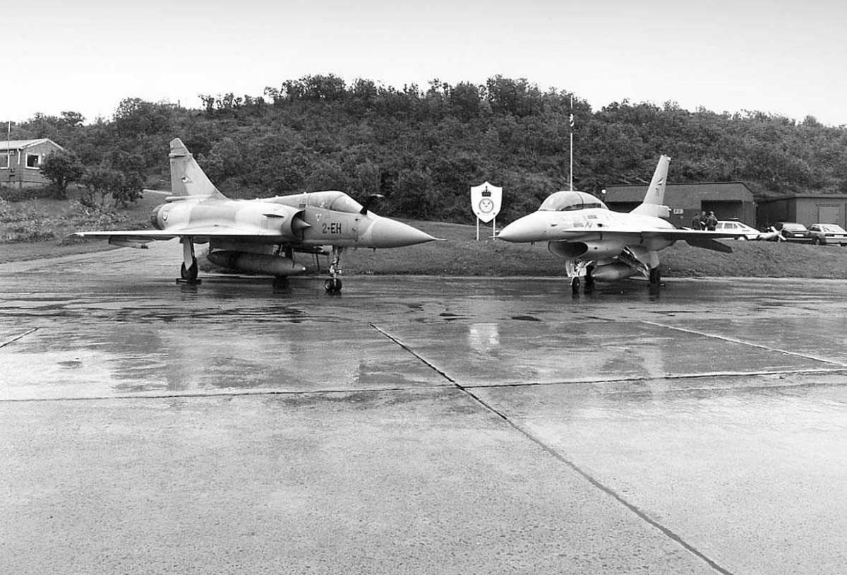 2 jagerfly parkert på bakken.