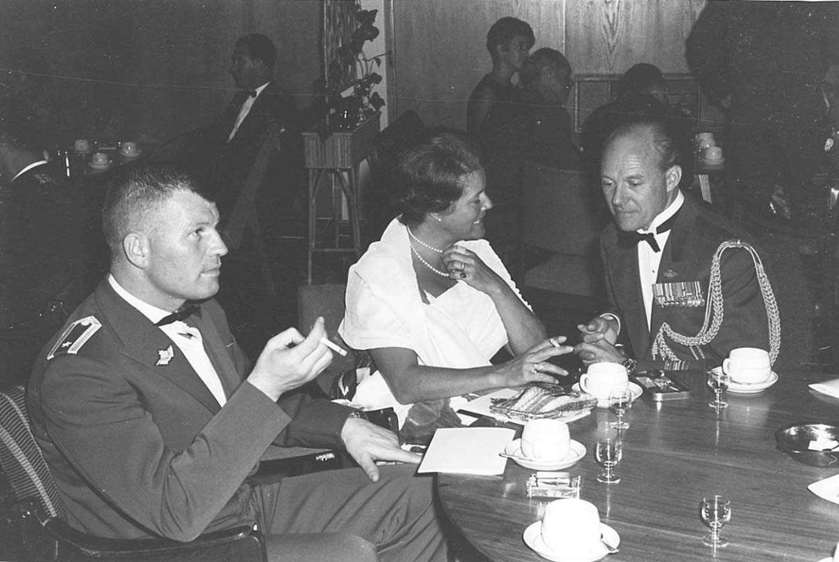Personer rundt et bord i en festlig anledning.