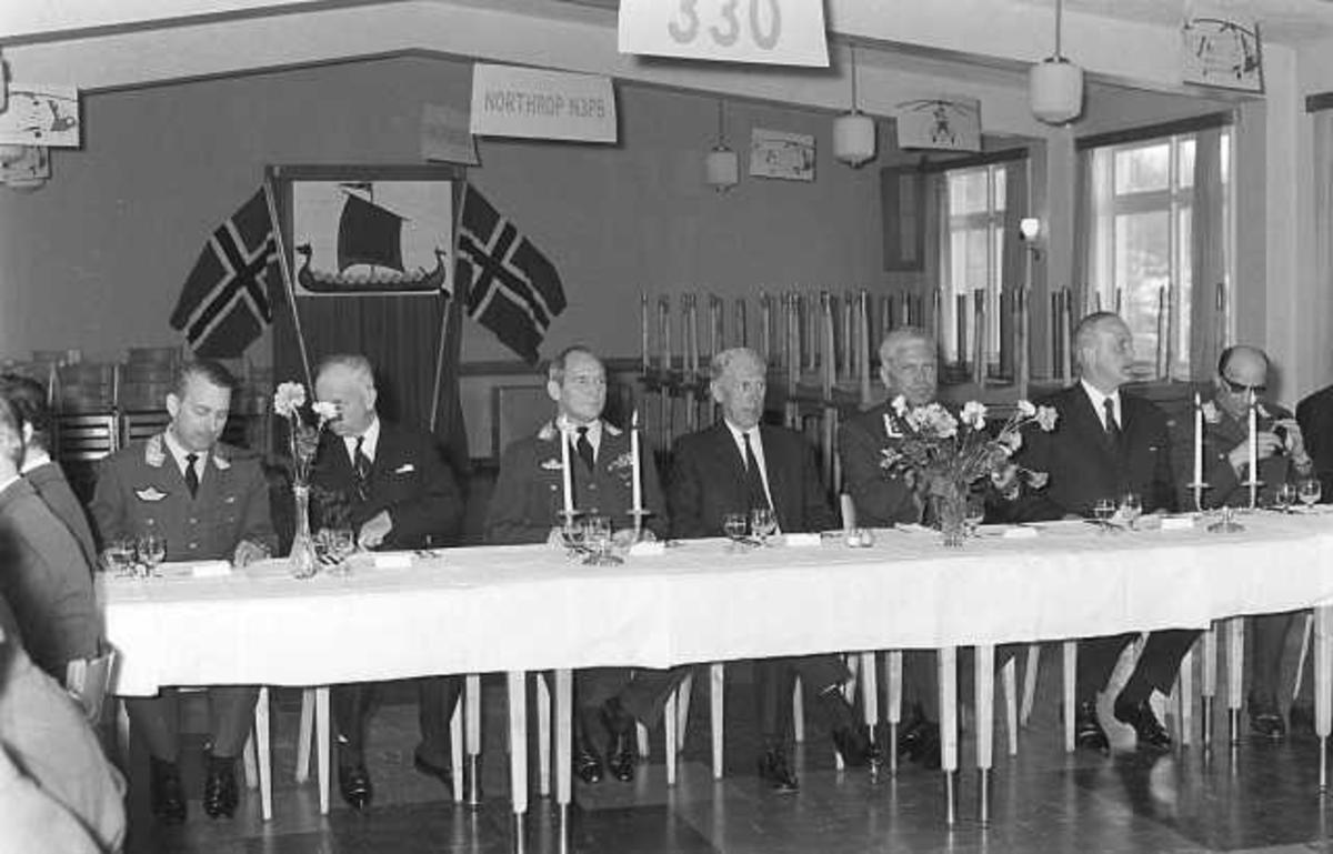 Flere personer samlet ved et langbord.