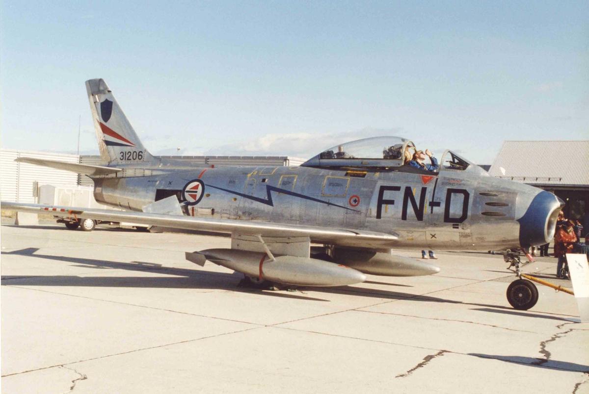 Lufthavn. Ett fly på bakken, F-86F  FN-D ser 53-1206.