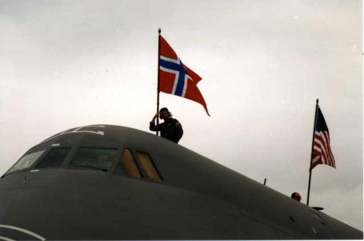 Lufthavn (flyplass) Ett fly på bakken. Cockpiten av C-5 galaxy fra U.S. Air Force utvendig med Norsk og Amerikansk flagg. En person på flyet.