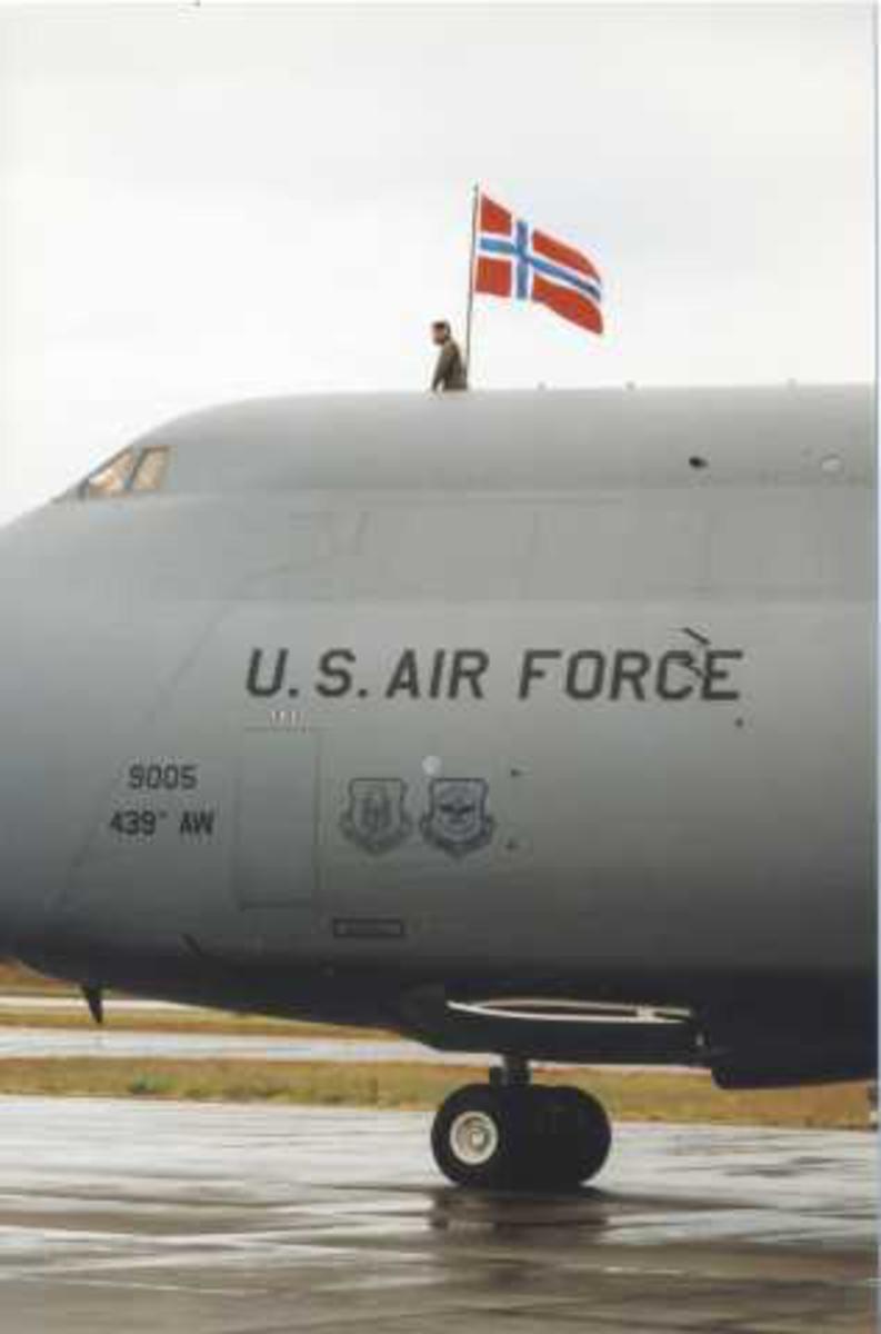 Lufthavn (flyplass) Ett fly på bakken. Cockpiten av C-5 galaxy fra U.S. Air Force utvendig med Norsk flagg. En person på flyet.