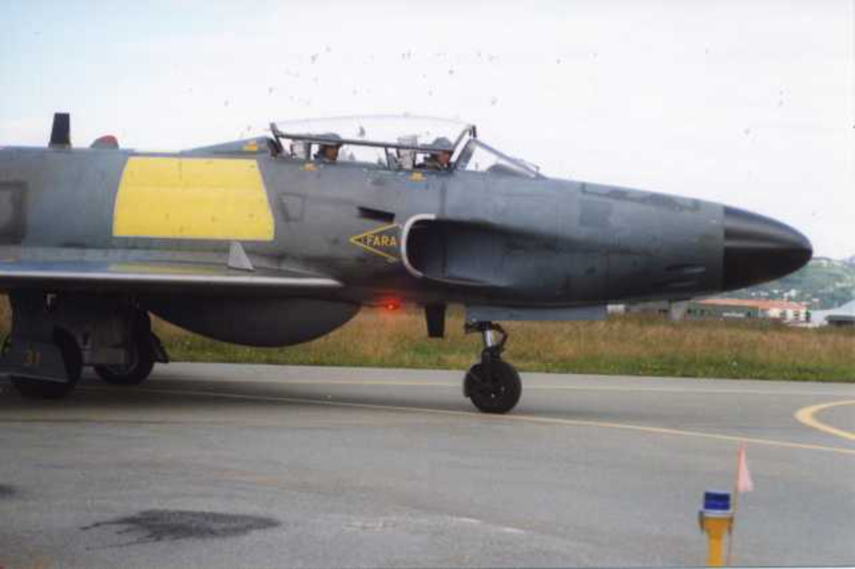 Lufthavn (flyplass). Ett fly på bakken, SAAB-32 Lansen, toseter.