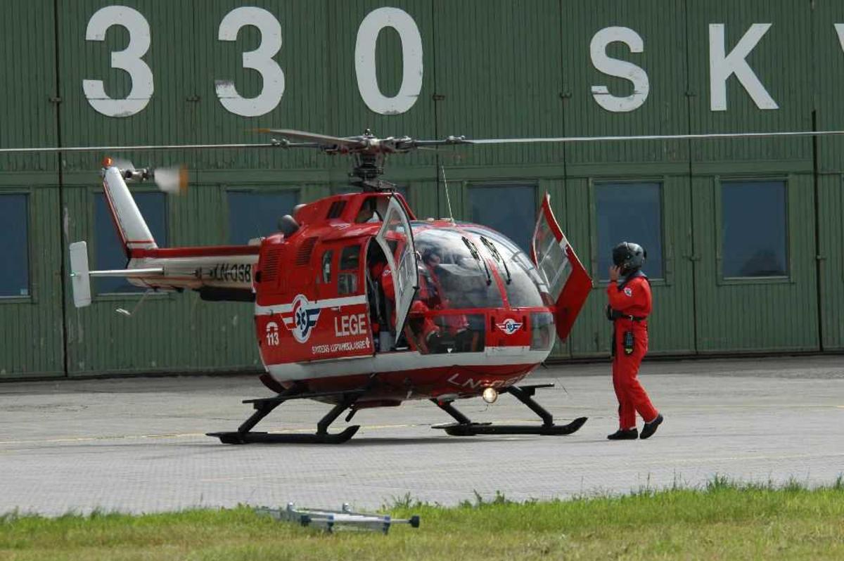 Lufthavn (flyplass). Ett helikopter på bakken, MBB BO-105CBS-4, LN-OSB fra Norsk Luftambulanse.