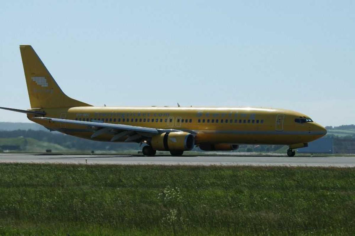 Lufthavn (flyplass). Ett fly på bakken, Boeing 737-8Q8, OY-SEC fra Sterling