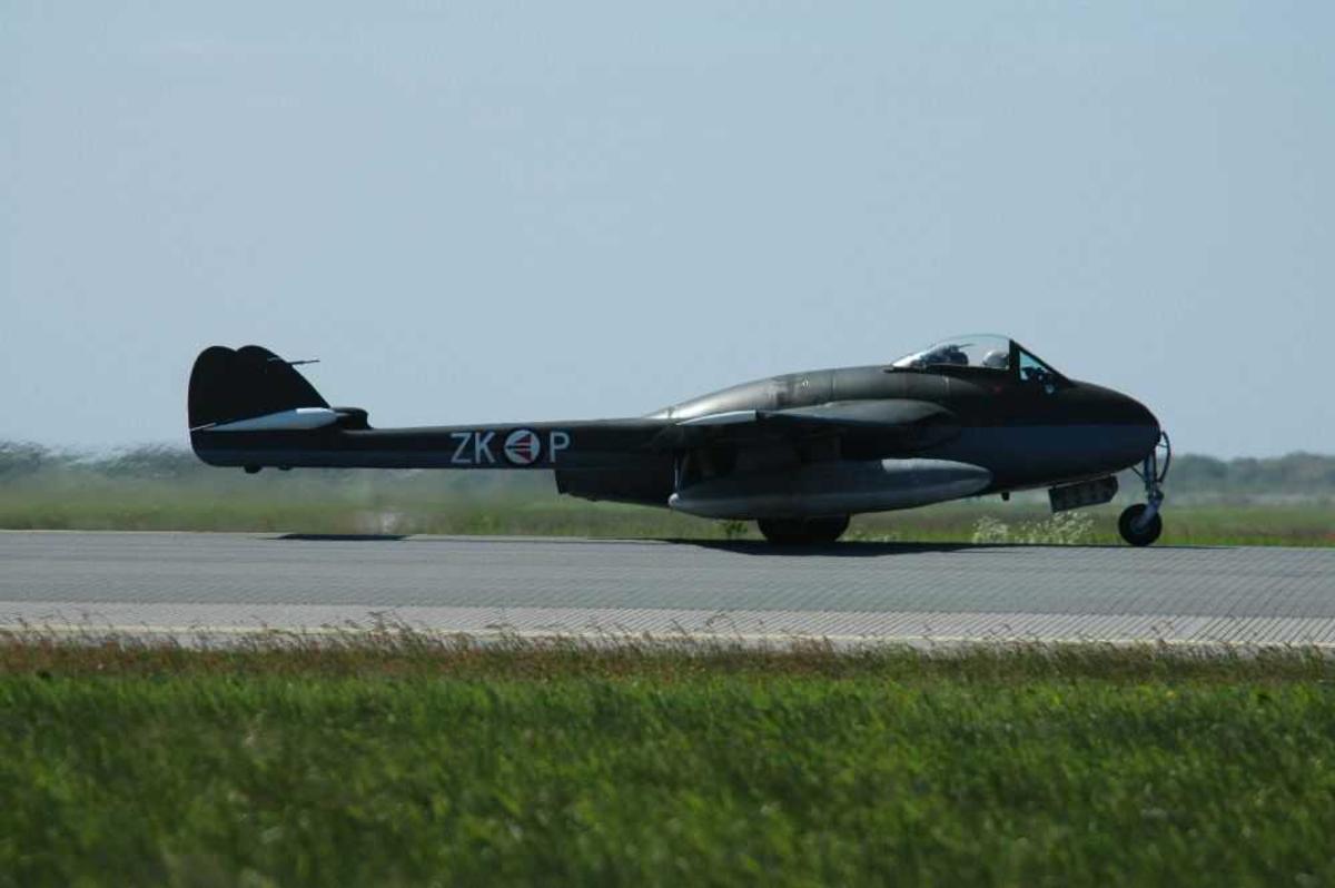 Lufthavn (flyplass) Ett fly på bakken. De Havilland Vampire MK52,