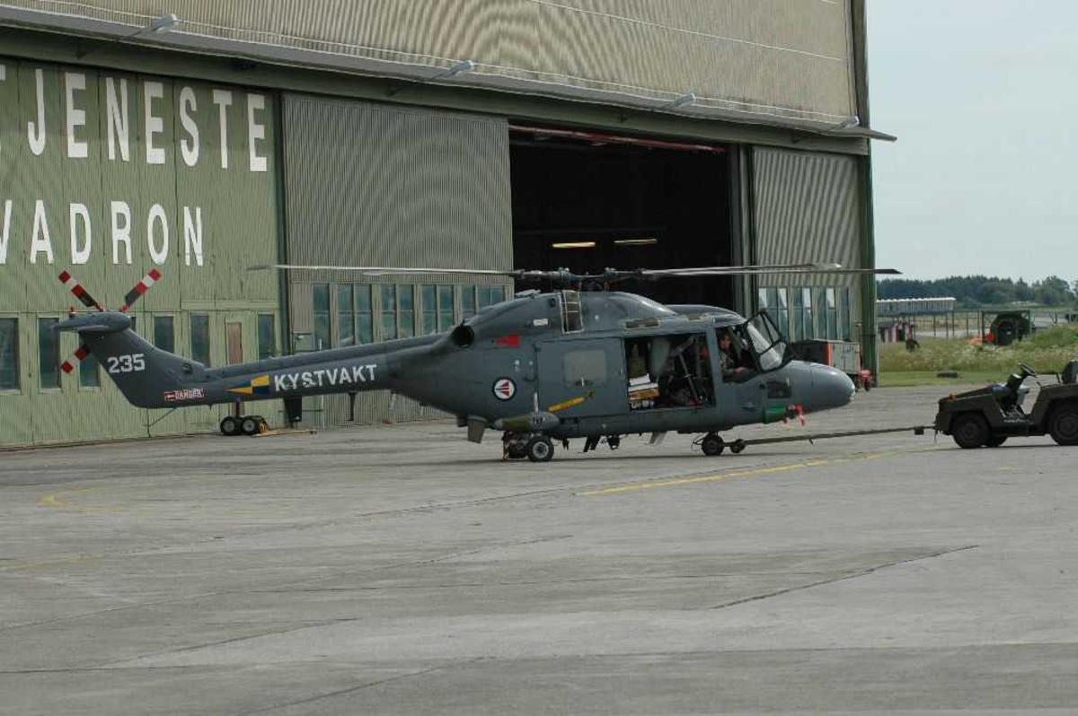 Lufthavn (flyplass). Ett helikopter på bakken, Westland Lynx Mk.86 235, Kystvakta.