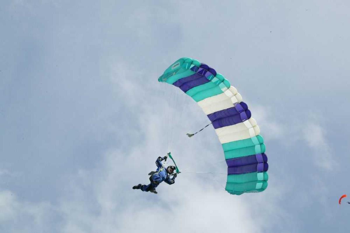 Fallskjermhopper i luften