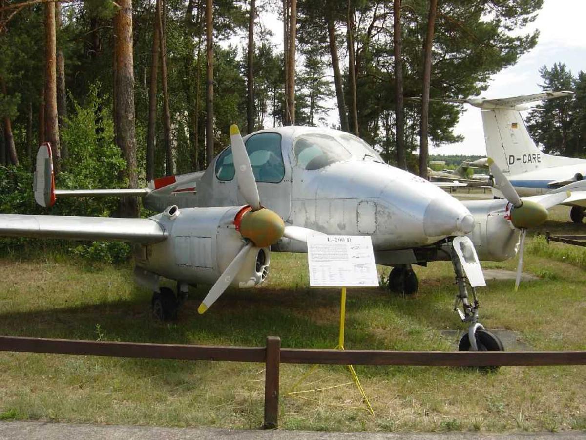 Ett fly på bakken, L-200 D Morava