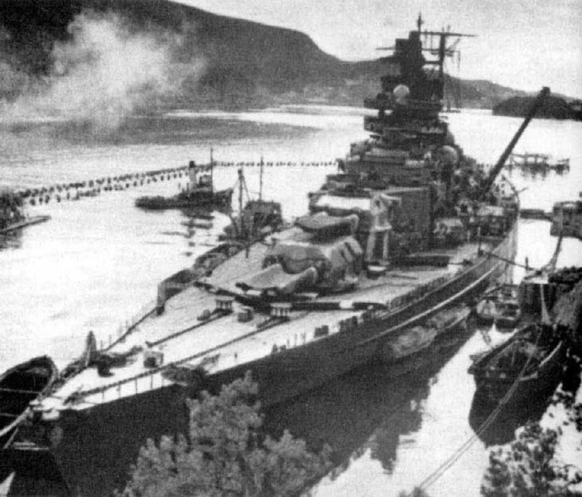 Marinefartøy oppankret inne i en fjord.
